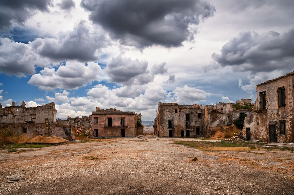 https://www.sicilyuncovered.com/wp-content/uploads/2015/01/poggioreale-ghost-town.jpg